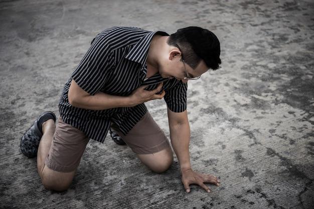 外側の心臓発作の若い男、助けが必要です。