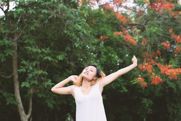 Сонная девушка растяжения с фоном деревьев