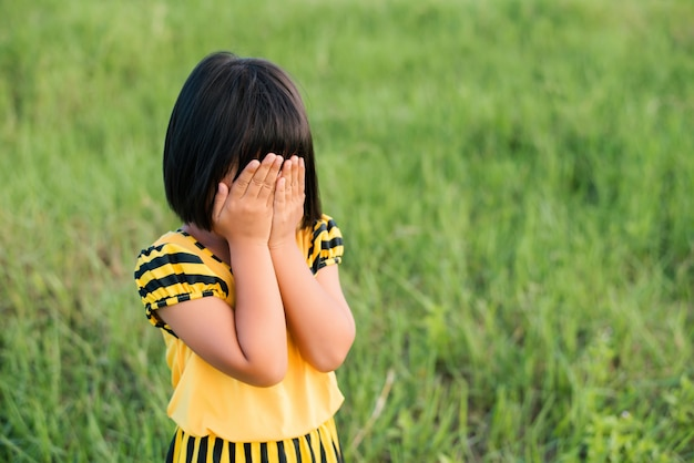 Маленькая девочка закрыла лицо