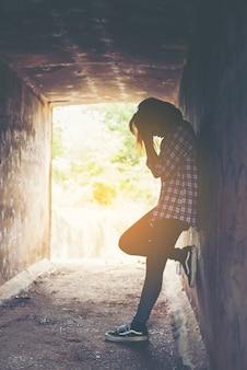 トンネル内の心配若い女性