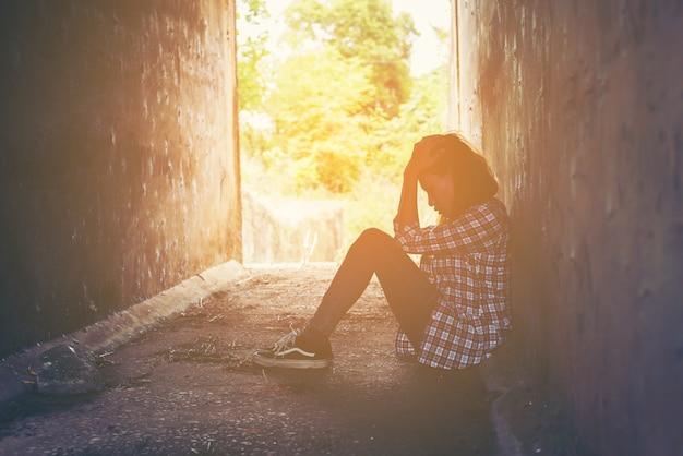 床に座って不幸な少女