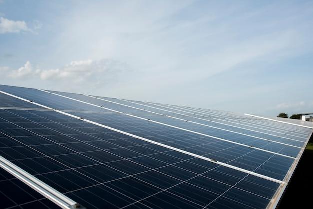 Ферма солнечных батарей на электростанции для альтернативной энергии от солнца