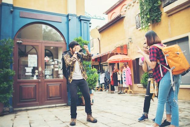 若い男は、一緒に都市に旅行中に彼の友人のセルフを取っている。