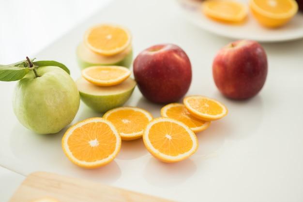 Различные фрукты с овощами на фоне дерева