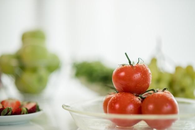 テーブルに新鮮な熟したトマト