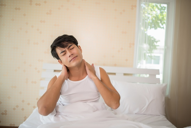 ベッドで睡眠不足の男性