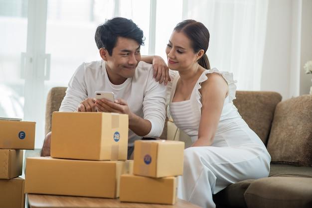 オンラインビジネス、マーケティングオンラインとフリーランスの仕事でホームオフィスで幸せなカップル
