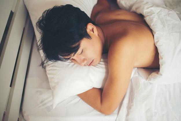 Человек, спящий на кровати утром