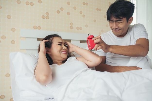 У пары возникают проблемы с вставанием рано утром на кровати