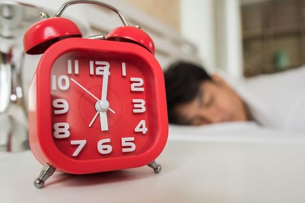 Ленивый человек просыпается в своей спальне