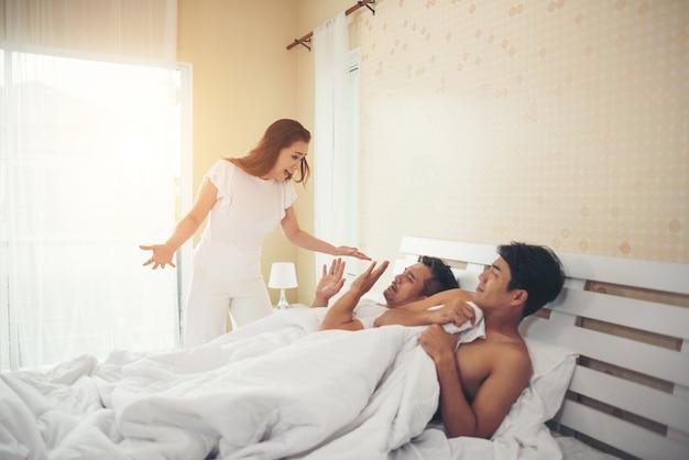妻は別の男とベッドで彼女の夫を見つけた、彼はゲイ