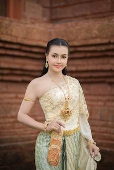 典型的なタイのドレスを着ている美しい女性