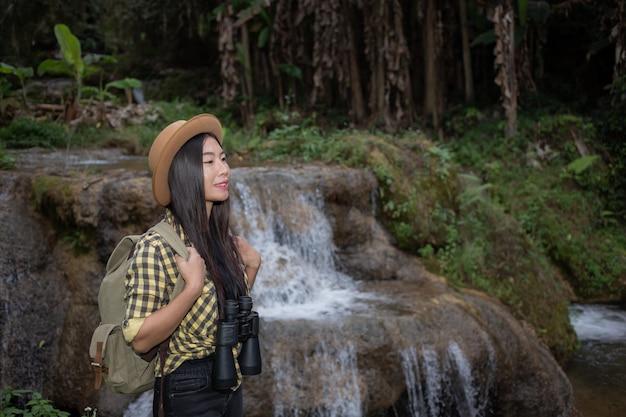 女性観光客が森を楽しんでいます。