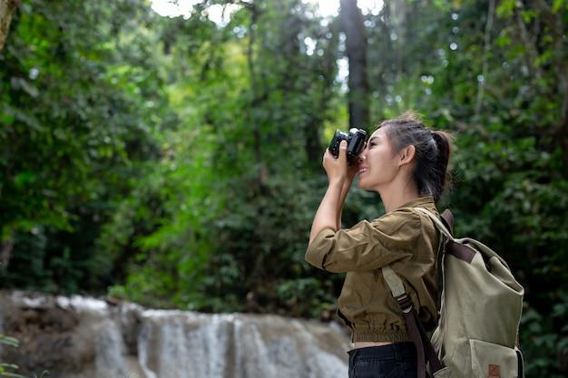 女性ハイカーが自分の写真を撮る