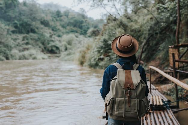 女性旅行者は楽しく旅行します。