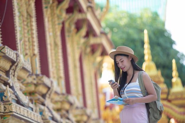 Женщины туристы фотографируют с помощью мобильных телефонов