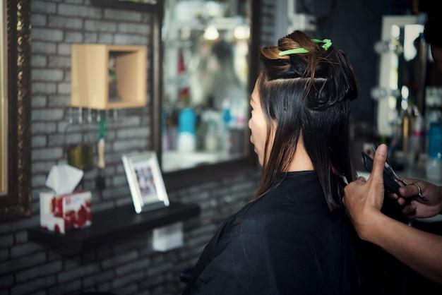 美しい女性のヘアカット