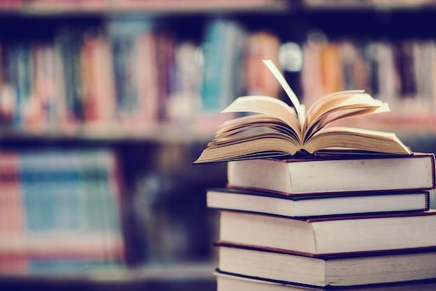 Книга в библиотеке с открытым учебником