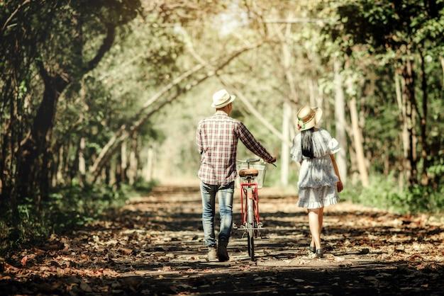 屋外の湖で恋に幸せなロマンチックなカップル