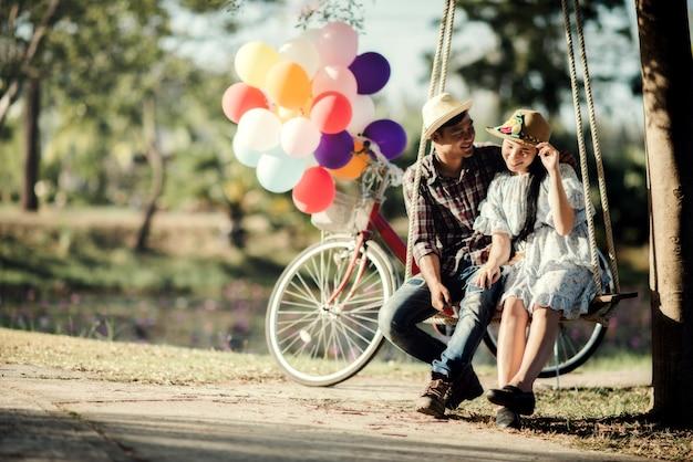 Портрет влюбленная пара с красочными воздушными шарами