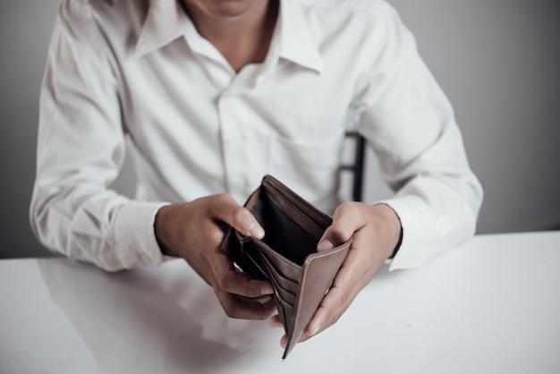 お金を節約する実業家