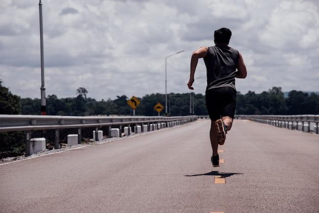 Спортивный человек с бегуном на улице бежит на тренировку
