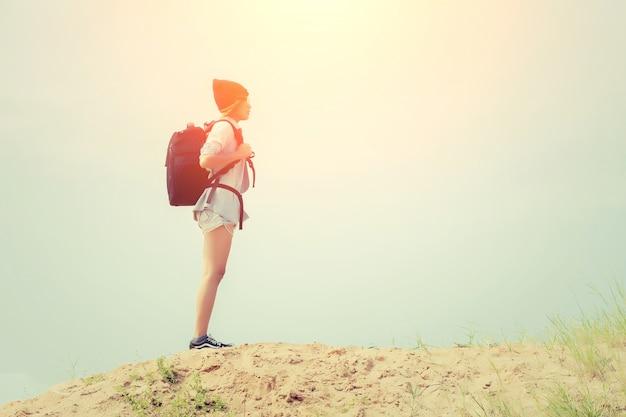 女の子は、地平線を見て
