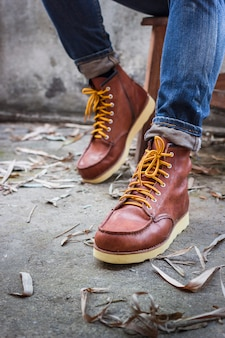 茶色の革の靴とジーンズの男性の足