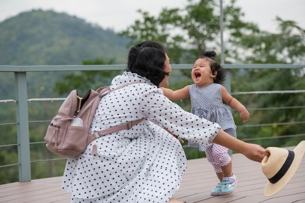 母と娘が公園で一緒に遊んで