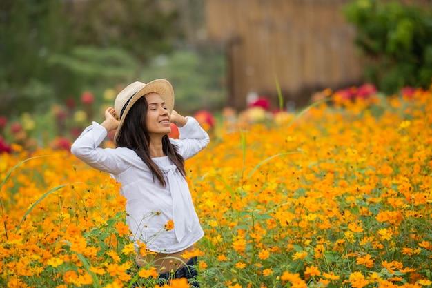 Азиатские женщины в желтой цветочной ферме