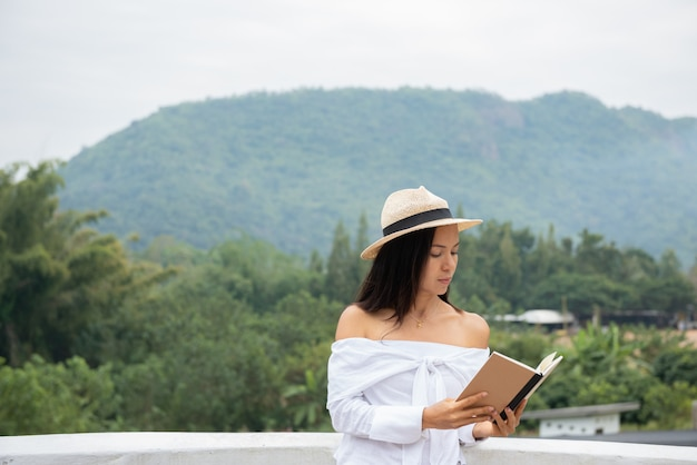 クローズアップ女性手が読む本を握る