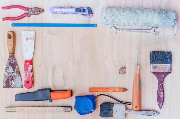 白い木製の背景上の古い建設手のひらツール