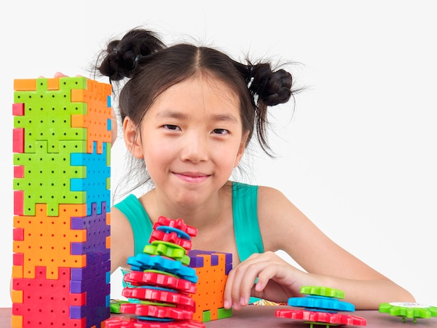 Азиатские дети играют в головоломку из пластика творческая игра