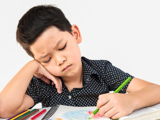 Мальчик несчастен, делает домашнее задание