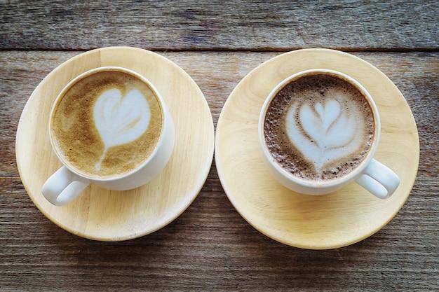 古い木製のテーブルの上のツインコーヒーカップ