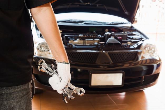 Механик ремонтирует автомобиль
