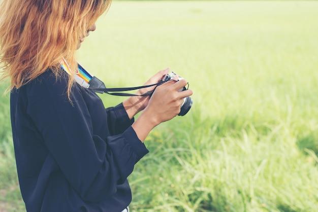 カメラを見て少女