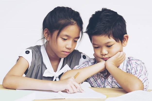 姉は宿題をするように彼女のいたずらな弟に教えることを試みる