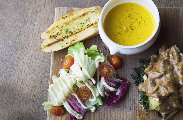 Жареная курица с салатом и чесночным хлебом