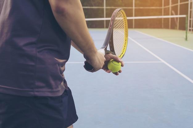 サービング選手がテニスの試合