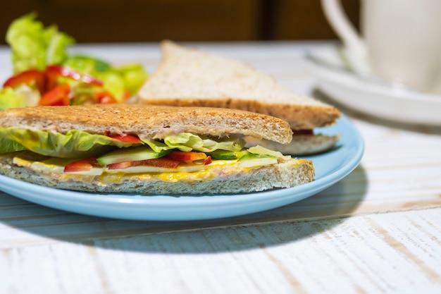 皿にサンドイッチのサラダ