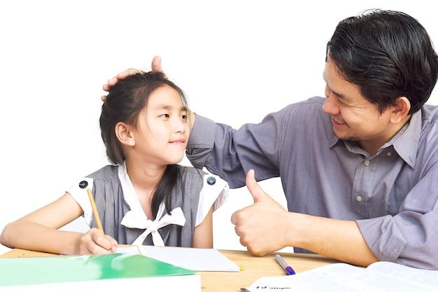 宿題をしている間彼の子供を教えるパパ