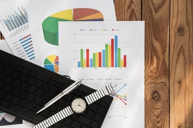 木材の背景にフラットレイアウトビジネスグラフ