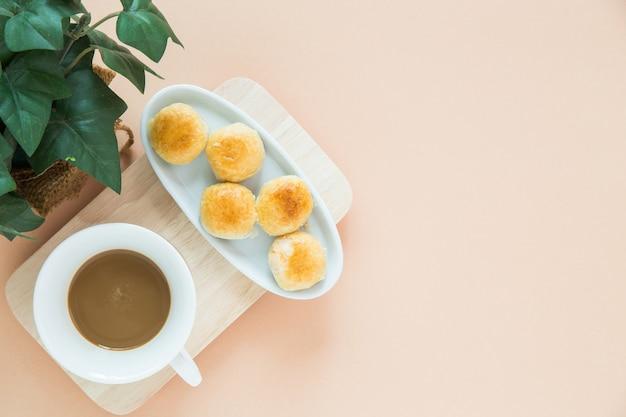 トップビューのコーヒーとデザート