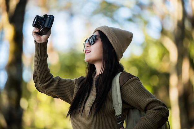 Женщина-путешественница едет одна в лесу