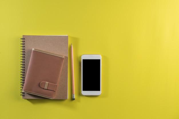 作業スペースに空白のノートブック
