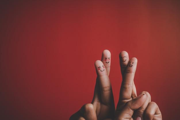Палец с эмоциями на красном фоне