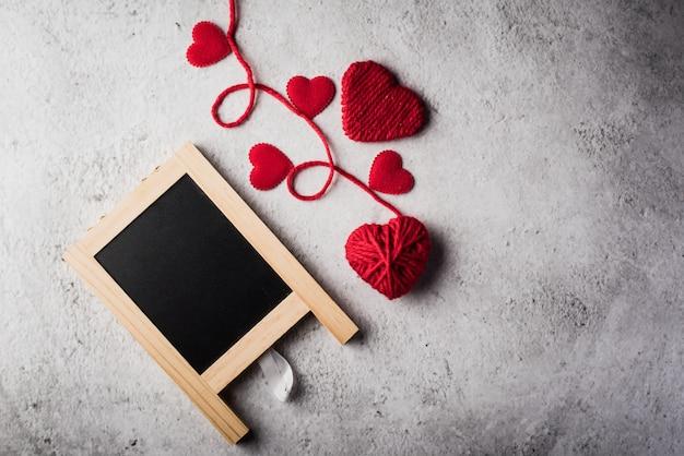 空白の黒板とバレンタインの背景