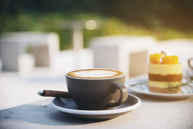 美しい新鮮なリラックスできる朝のコーヒーカップセット