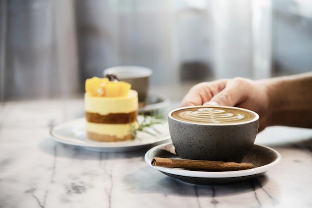 人々は美しい新鮮なリラックスした朝のコーヒーカップセットを提供